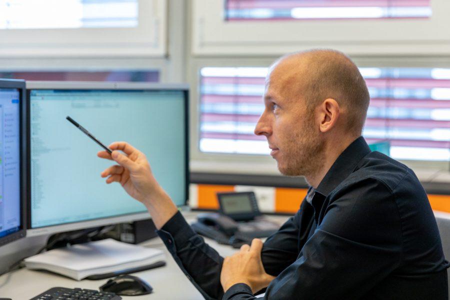 Foto von Eisner ZT Mitarbeiter vorm PC