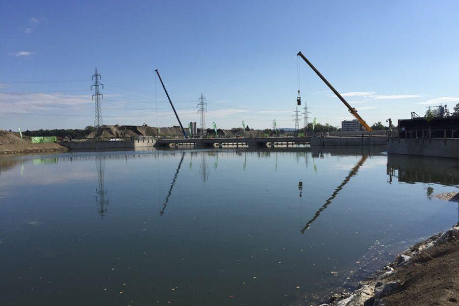 Foto des Murkraftwerk im Bau mit Kränen